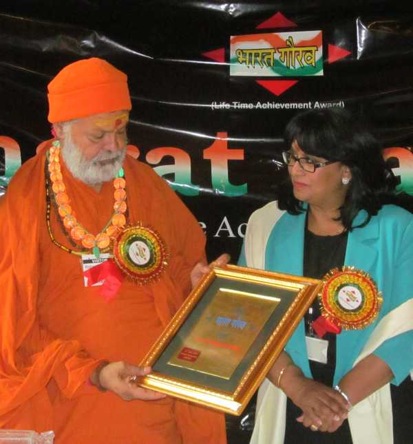 H.H. Swami Maheshwarananda received Bharat Gaurav Award