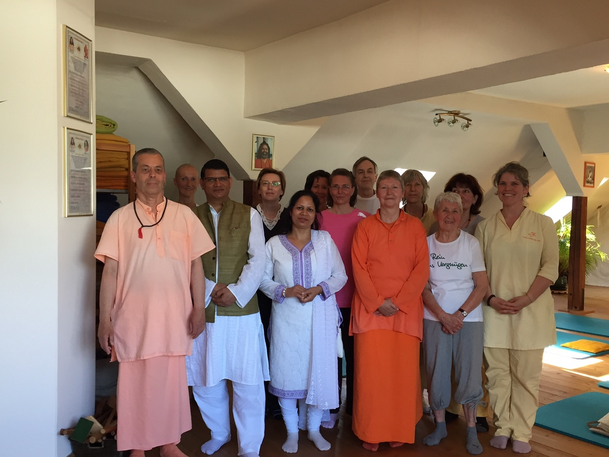 Indian Consul General to Germany visits Hamburg Ashram