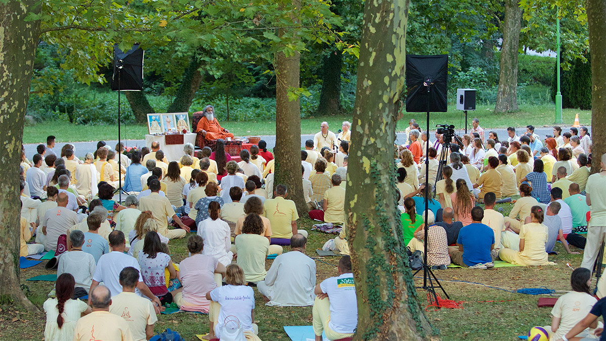 Five weeks of Summer Retreats with Vishwaguruji in Vép and Strilky