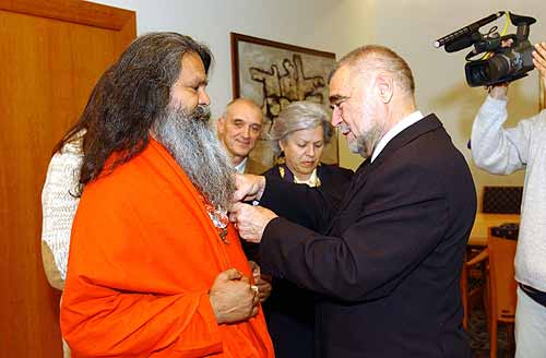 "Swamiji awarded with ""Danica Order of Croatia"" by president Mesic"