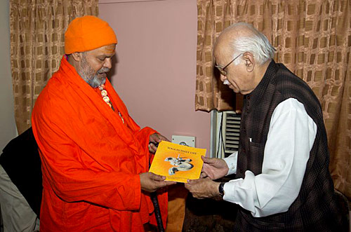 Meeting Ex Prime Minister of India (photo: Swami Chidanand)