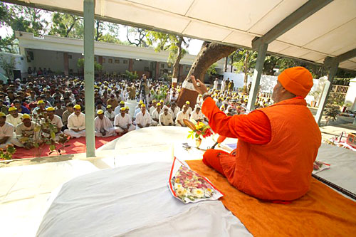 Satsang for jail prisoners in Ahmedabad/Gujarat (where Mahatma Gandhiji was also imprisoned) (photo: Swami Chidanand)