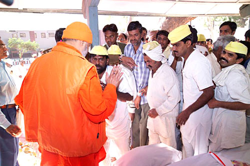 Prisoners aproach Swamiji for blessing (photo: Swami Chidanand)