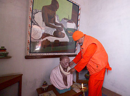 Swamiji commemorates Gandhiji\'s statue in his prison cell (photo: Swami Chidanand)